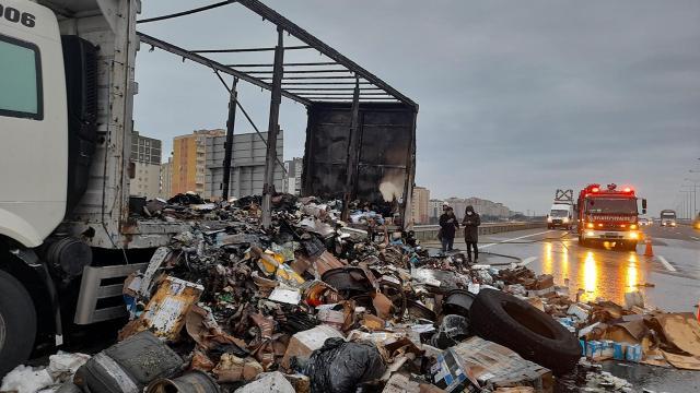 Kamyonda çıkan yangında yüzlerce kargo zarar gördü