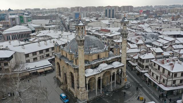 Kapılarından büyük pencereleri olan cami: Aziziye