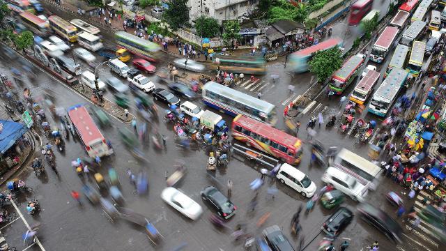 Bangladeşte trafik kazası: 17 kişi yanarak öldü