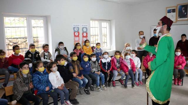 Bitlis Belediyesi köyde yaşayan çocukları tiyatroyla buluşturuyor