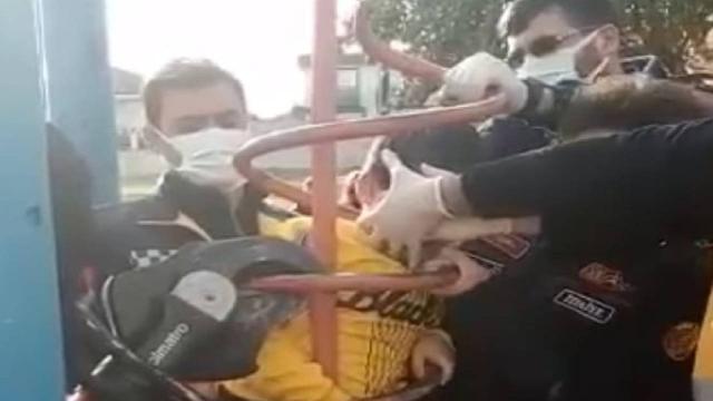 Parktaki oyuncakta sıkışan çocuk demir kesilerek kurtarıldı