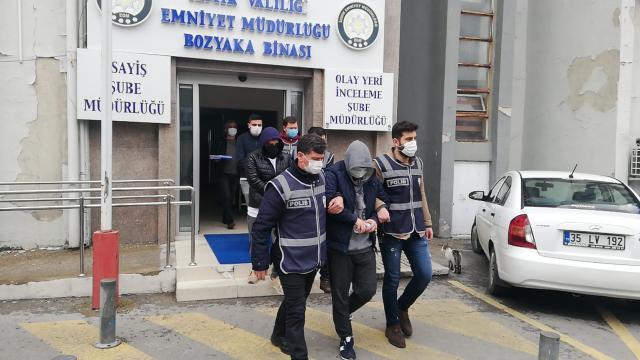 İzmirde lüks villa ilanlarıyla dolandırıcılık yapan şüpheliler yakayı ele verdi