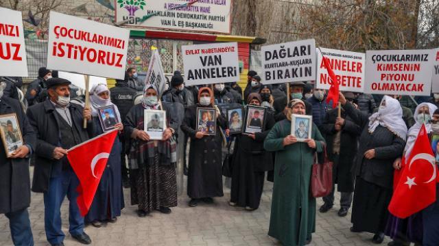 Vanlı anneler HDP önünde eylem yaptı: Çocuklarımızı istiyoruz