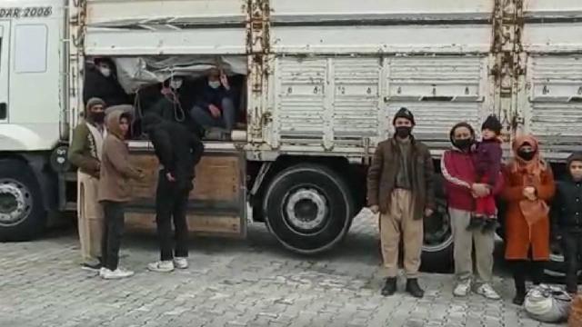Vanda bir kamyonun kasasında 112 kaçak göçmen yakalandı