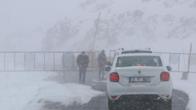 Van- Bahçesaray yoluna çığ düştü; trafiğe kapatıldı