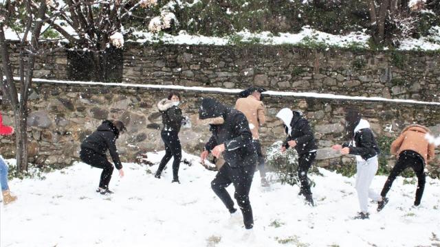 İzmirin Ödemiş ilçesinde ender görülen kar, bölgedekilere keyifli anlar yaşattı