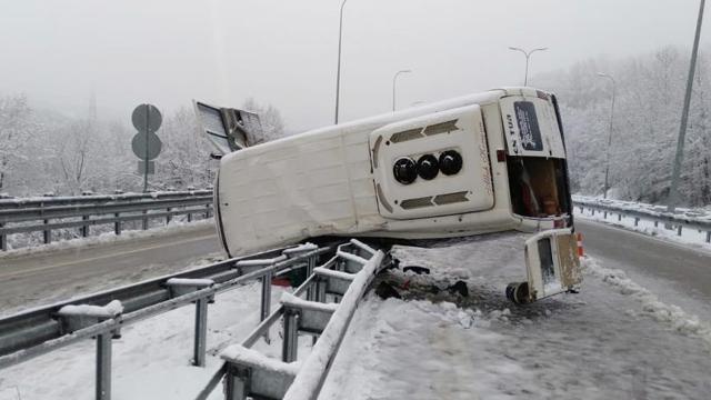 Bartında işçileri taşıyan minibüs devrildi: 11 yaralı