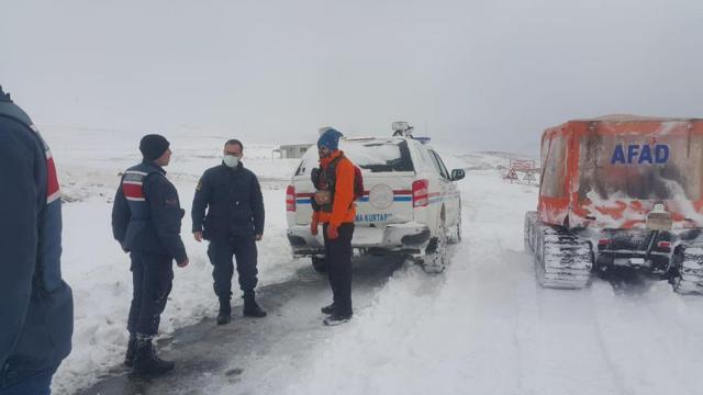 Niğdede karlı yolda mahsur kalan kişi kurtarıldı