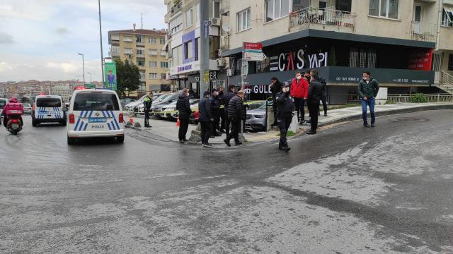 Kadıköyde oto galeriye düzenlenen silahlı saldırıda 2 araçta hasar oluştu