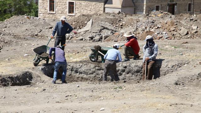 """Sivasta """"Kale Projesi"""" kapsamındaki kazılarda 42 bin parça tarihi eser gün yüzüne çıkarıldı"""