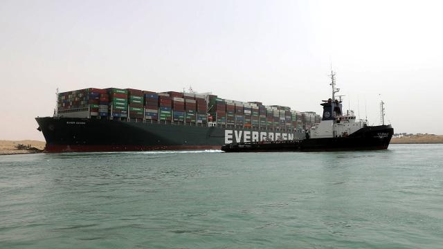 Süveyş Kanalında sıkışan gemi bugün yüzdürülecek