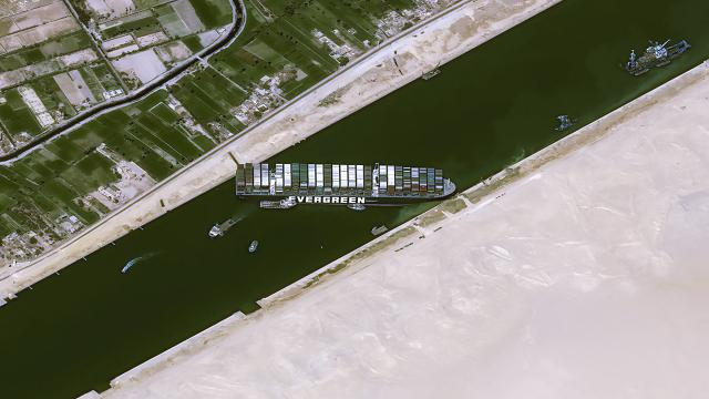 Kaza nedeniyle bekleyen tüm gemiler Süveyş Kanalından geçti