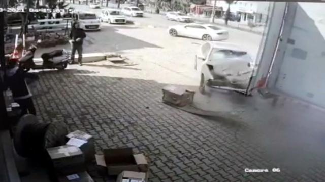 Muğlada iki otomobilin çarpıştığı kaza güvenlik kamerasında