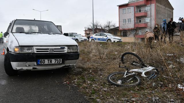 Sivasta otomobilin çarptığı bisikletli ile yaya yaralandı