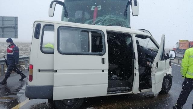 Eskişehirde yolcu otobüsü ile çarpışan minibüsün sürücüsü öldü