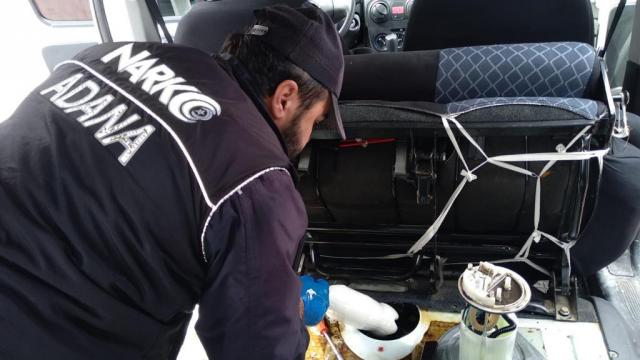 Adanada yakıt deposunda 5 kilogram sentetik uyuşturucu bulunan aracın sürücüsü gözaltına alındı