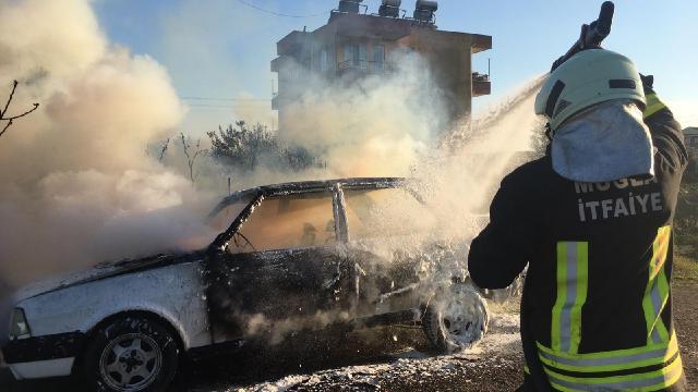 Park halindeyken yanan araç kullanılamaz hale geldi