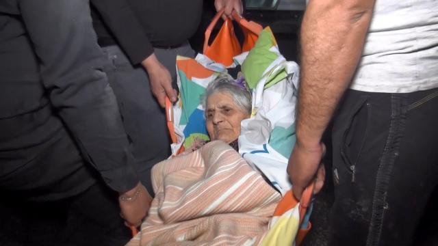Yangında mahsur kalan felçli kadın, kurtarıldı