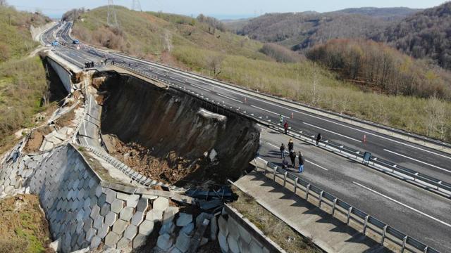 Düzce-Zonguldak yolu çöktü