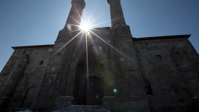 Kadim şehir Erzurum yüzlerce yıllık yapılarıyla ziyaretçilerini tarihi yolculuğa çıkarıyor