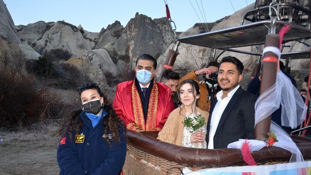 800 metre yükseklikte balonda evlendiler