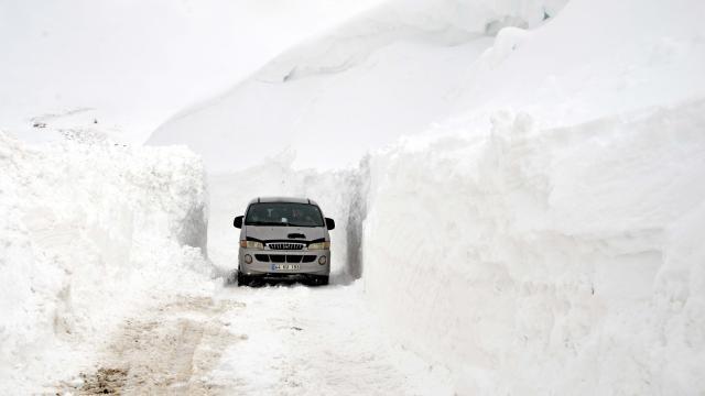 Muşta kar ve tipi nedeniyle araçlarında mahsur kalan 45 kişi kurtarıldı