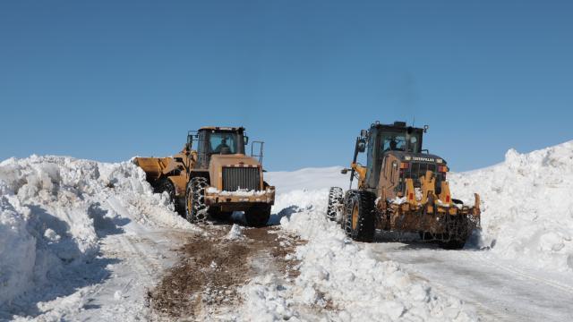 Ağrıda kar kaplanlarının karla mücadelesi ilkbaharda da sürüyor