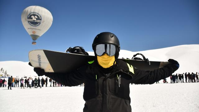 Kahramanmaraştaki Yedikuyular Kayak Merkezinde hafta sonu yoğunluğu