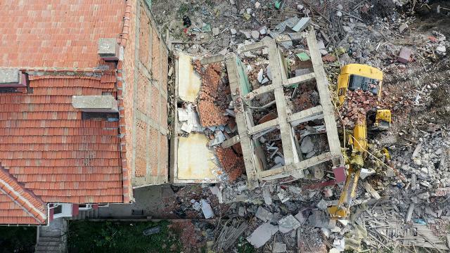 Yıktığı apartmanın altında kalan kepçe operatörü yaralandı