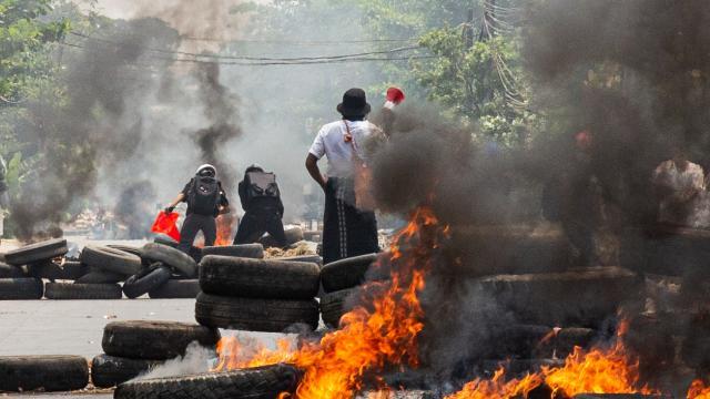 Myanmarda darbe karşıtı gösteriler sürüyor: Can kaybı 716 oldu