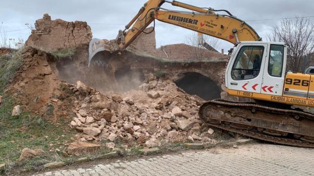 Nevşehirin köylerindeki 43 metruk yapı yıkıldı