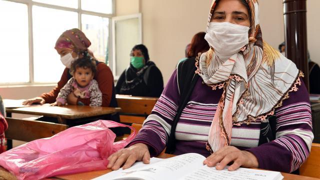 Mersinde kadınlar gittikleri kursta okuma yazma hayalini gerçeğe dönüştürüyor