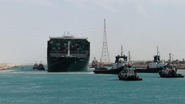 Süveyş Kanalında karaya oturan gemi kurtarıldı