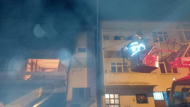 Bilecikte 3 katlı evde çıkan yangın hasara neden oldu
