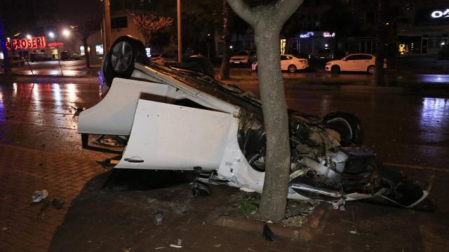 Adanada otomobil kaldırımdaki ağaca çarptı: 4 yaralı