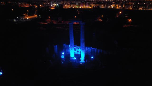 Otizme dikkat çekmek için Apollon Tapınağı mavi renkte ışıklandırıldı
