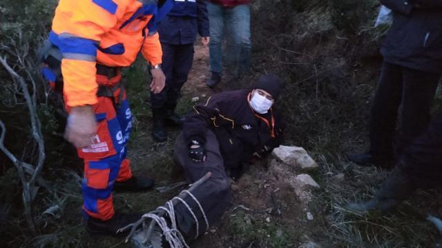 Sarp arazide çalışırken dengesini kaybedip düşen mühendis kurtarıldı