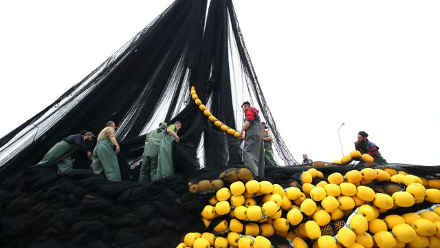 Balıkçılar ağlarını topluyor