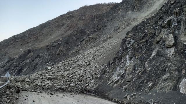 Van - Yüksekova karayolunda heyelan meydana geldi