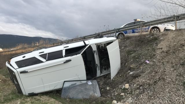 Karabükte devrilen otomobilin sürücüsü yaralandı
