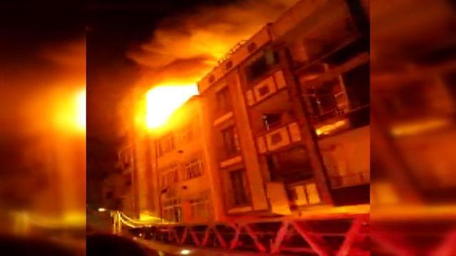 İstanbulda 3 katlı binanın çatısında yangın