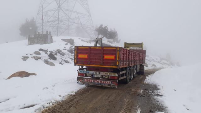 Antalyada kar yağışı nedeniyle dağ yolunda mahsur kalan tır şoförü kurtarıldı
