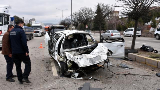 Kırıkkalede iki otomobil çarpıştı: 1i polis 2 yaralı