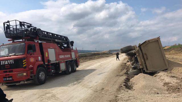 Geliboluda devrilen mıcır yüklü kamyonun sürücüsü yaralandı