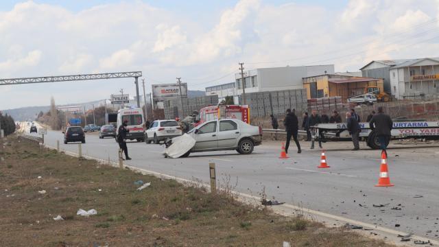 Uşakta iki otomobil çarpıştı: 3 yaralı