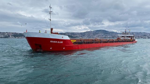 İstanbul Boğazında 90 metrelik kuru yük gemisi makine arızası nedeniyle demirledi