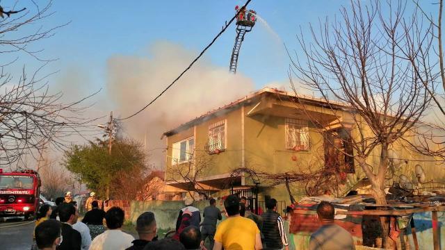 Ataşehirde çatı yangını