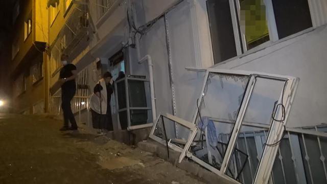Çakmak gazı patladı, pencere yerinden söküldü