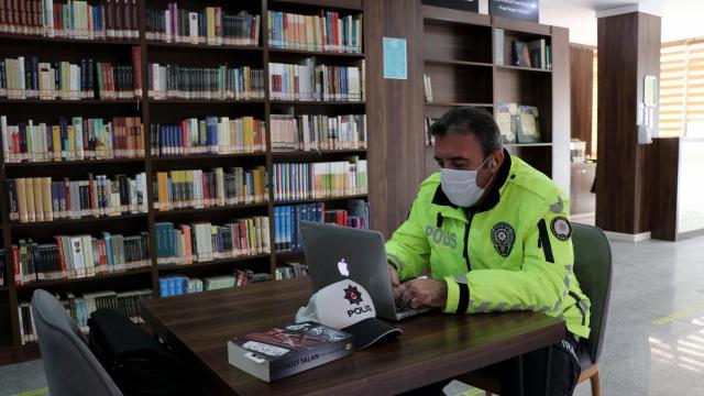 Edirnede ilk romanı ilgi gören trafik polis yeni roman için kolları sıvadı