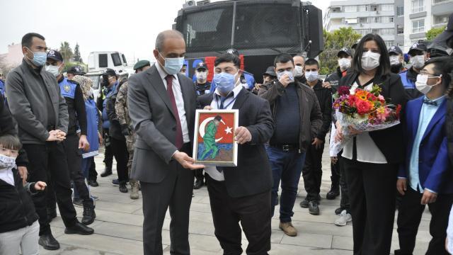Adanada engelli çocuklar polisler için şiir okudu